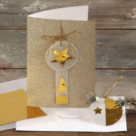 Une carte de vœux avec paillettes décorée de papier or et vélin