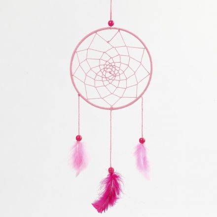 Un capteur de rêves fabriqué à partir d'un anneau en métal enroulé avec du fil de coton et décoré