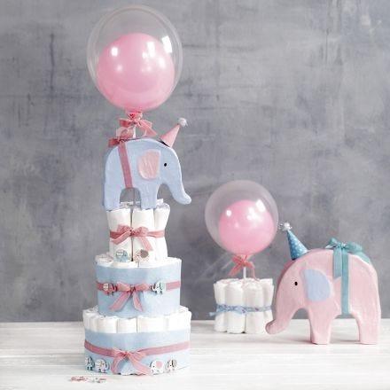 Une pièce montée de couches avec des éléphants et des ballons