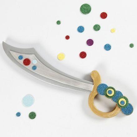 Une épée de pirate décorée avec de la mousse EVA