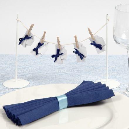 Des décorations de table avec des couches sur une ficelle pour un baptême