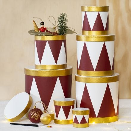 Boîtes peintes comme des tambours avec de la peinture acrylique