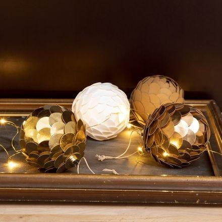 Une boule de Noël avec du papier imitation cuir faite pour avoir l'apparence d'un cône