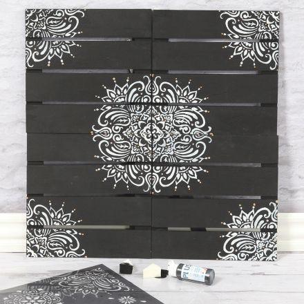 Une décoration murale en bois décorée de motifs ethniques en utilisant un pochoir