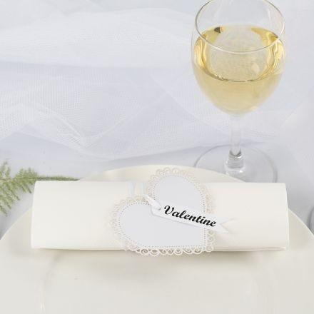 Un rond de serviette / marque-place de mariage fait à partir d'un coeur en papier cartonné et un ruban de satin