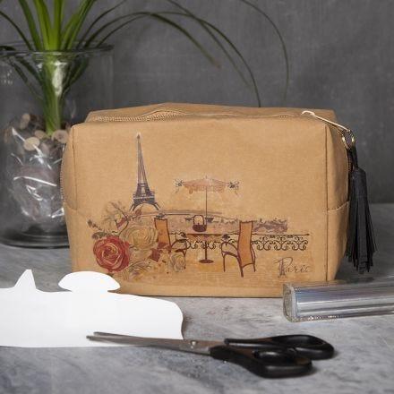 Une trousse à maquillage en papier imitation cuir décoré de motifs placés avec du papier transfert