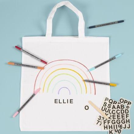 Un sac à provisions décorés avec des feutres textiles et des décalcomanies