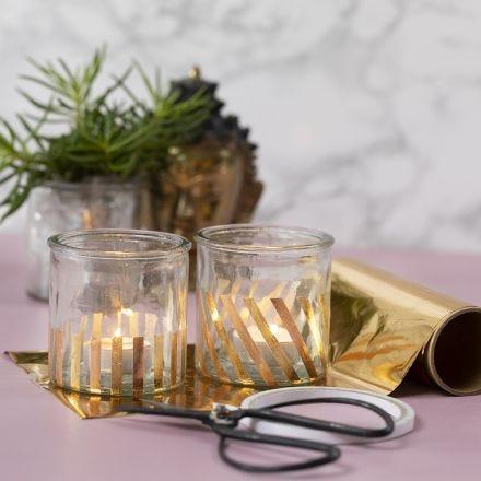 Bougeoirs décorés avec des bandes de film décoratif doré