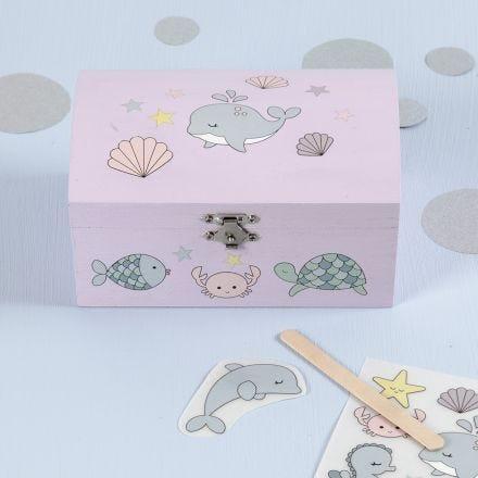 Décalcomanies aux motifs de créatures marines sur un coffre à trésor