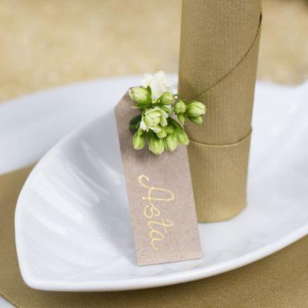 Un marque-place avec une étiquette cadeau décorée d'une fleur