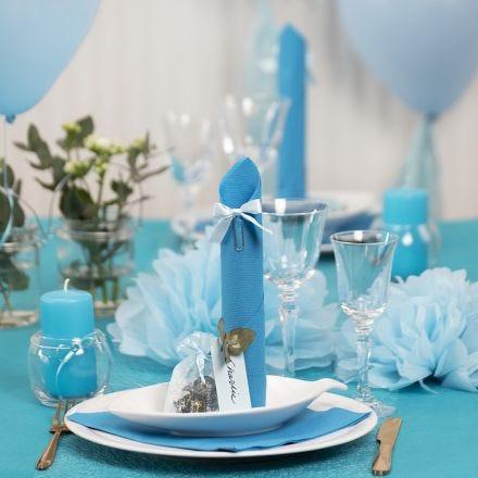 Des décorations de table bleu clair avec des fleurs en papier, des ballons, des serviettes pliées en forme de tours et des marque-places