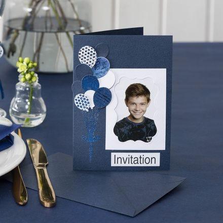 Une invitation avec une photo et des ballons poinçonnés et décorés avec du film décoratif