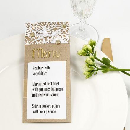Une carte de menu décorée avec du papier cartonné à motif dentelle, du film  décoratif, et des pierres de strass