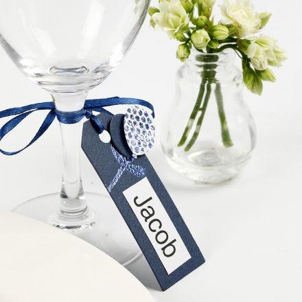 Un marque-place fait à partir d'une étiquette cadeau décorée de ballons en papier cartonné et de film décoratif