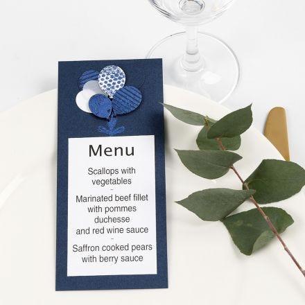 Une carte de menu avec des ballons en papier cartonné, décorés de film décoratif