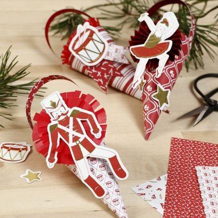 Des cônes décorés avec des rosettes et des découpes en papier cartonné du conte de fées Casse-Noisette