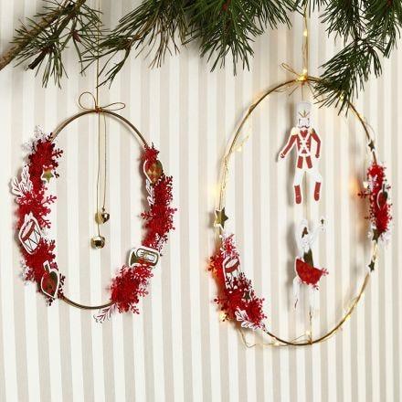 Un anneau métallique décoré avec des cloches et des découpes en papier cartonné de chez Vivi Gade