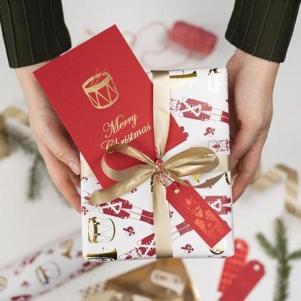 Étiquettes cadeaux de Noël décorées avec du film décoratif et des motifs de film adhésif