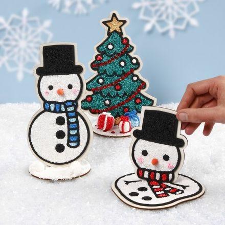 Des bonhommes de neige et un sapin de Noël en bois décoratifs remplis avec de la pâte Foam Clay
