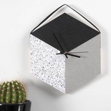 Une horloge murale faite à partir d'un plateau et de papier imitation cuir