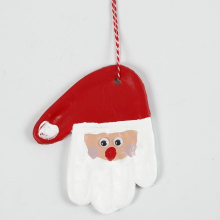 Une empreinte de main en argile autodurcissante, décorée en père Noël