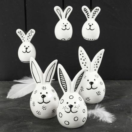 Des lapins de porcelaine décorés avec un feutre noir pour verre & porcelaine