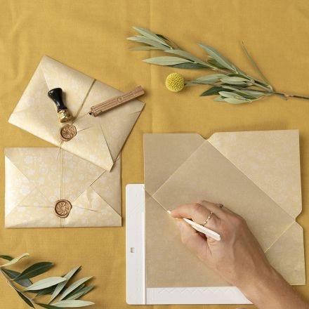 Une enveloppe faite maison fermée par un sceau à la cire