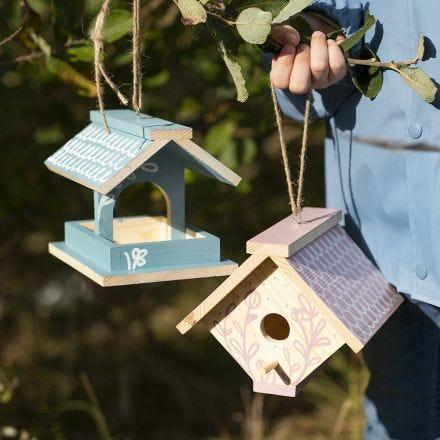 Un nichoir pour oiseaux fait maison, peint avec de la peinture acrylique et décoré aux feutres Plus Color