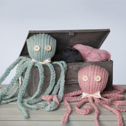 Un poulpe tricoté, décoré d'un noeud en ruban de satin