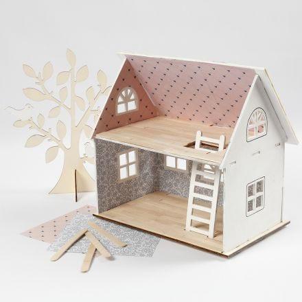 Une maison de poupées enduite de papier design et de bâtons de glace pour le sol