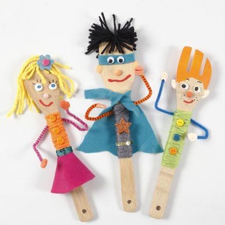 Des marionnettes de théâtre de marionnettes faites avec des ustensiles de cuisine en bambou