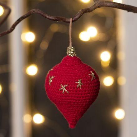 Une décoration de Noël en forme de goutte, crochetée avec du fil de coton
