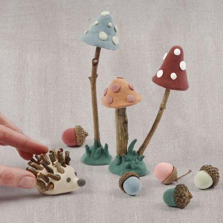 Le sol d'une forêt fait avec de la pâte Silk Clay et des matériaux naturels