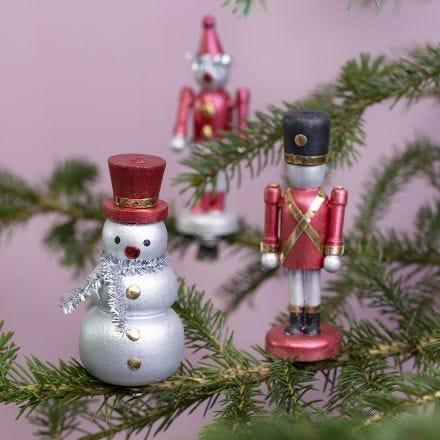 Des figurines en bois sur des pinces, décorées avec de la peinture métallisée Art Metal et du film décoratif