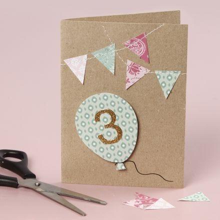 Une carte d'anniversaire décorée de détails fait à la couture