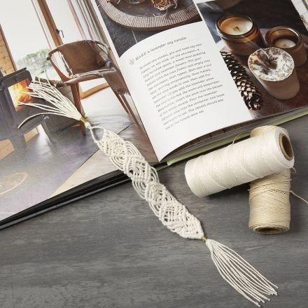 Un marque-page tressé en ficelle de bambou