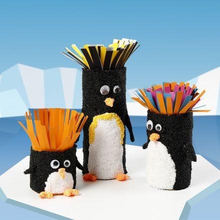 Des tubes en carton décorés comme des pingouins