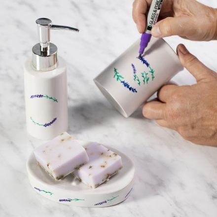 Un porte-savon et un distributeur de savon décorés avec des feutres pour porcelaine