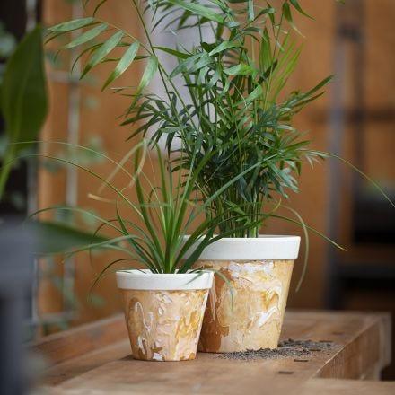 Un pot de fleurs marbré en fibre de bambou