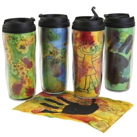 Des mugs isothermes personnalisés avec des décorations colorées