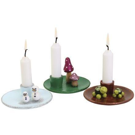 De jolis chandeliers décorés de mini figurines