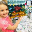 La mer et des animaux marins réalisés à partir d'une boîte à oeufs décorée et de déchets plastique