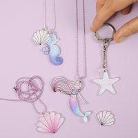 Des bijoux et des porte-clés en forme de sirène et de créatures marines faits avec du plastique thermorétractable