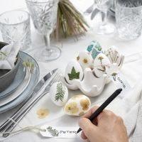 Des oeufs de Pâques décorés de fleurs séchées