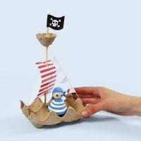 Un bateau de pirate fait avec une boîte à oeufs