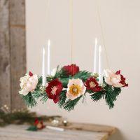 Une couronne de l'Avent décorée de fleurs en papier crépon