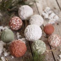 Des boules de Noël faites avec de la pâte à  papier