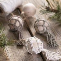 Une boule de Noël en macramé