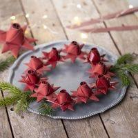 Une étoile de Noël tissée avec un bouton de rose