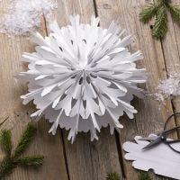 Un flocon de neige en forme d'étoile fait à partir de sacs en papier